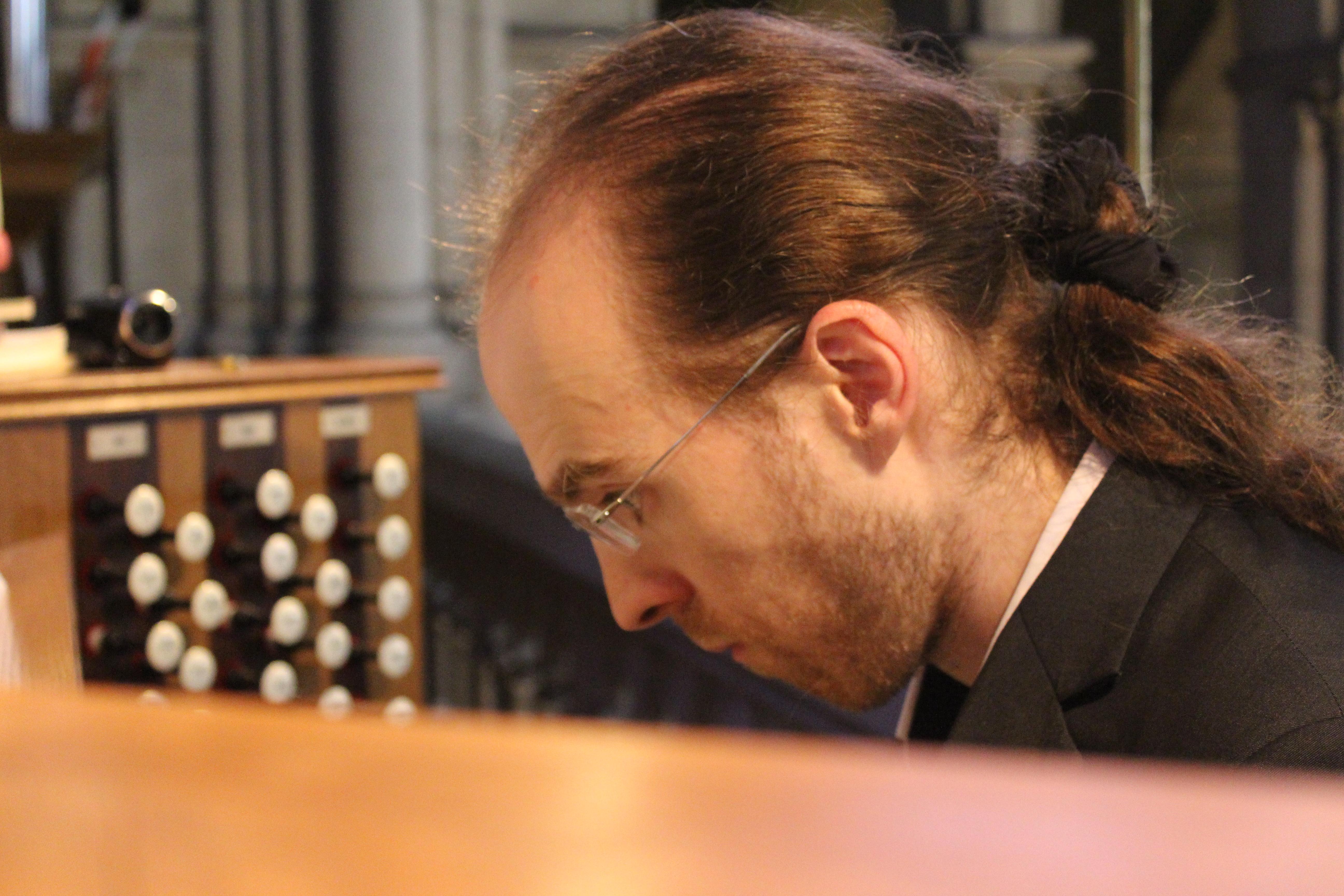 Bertrand Ferrier à l'orgue Dargassies (2004) de la basilique Notre Dame du Perpétuel Secours (75011). Photo : Josée Novicz.