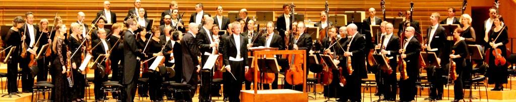 Le Cleveland Orchestra au grand complet, avec Franz Welser-Möst en grand complet (en un mot). Photo : Josée Novicz.