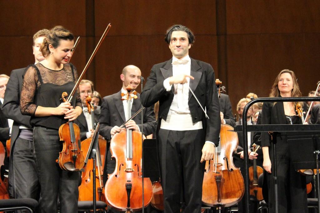 David Afkham et l'ONF, avec Sarah Nemtanu en violon solo. Photo : Josée Novicz.