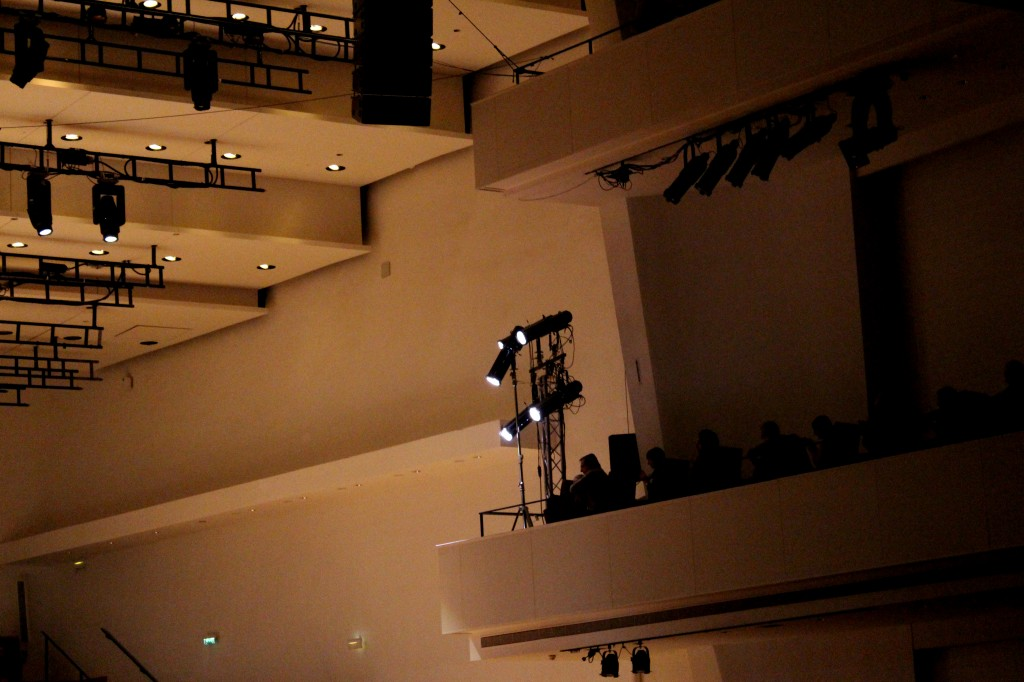 La salle Pleyel sous les projecteurs des capteurs de concert. Photo : Josée Novicz.