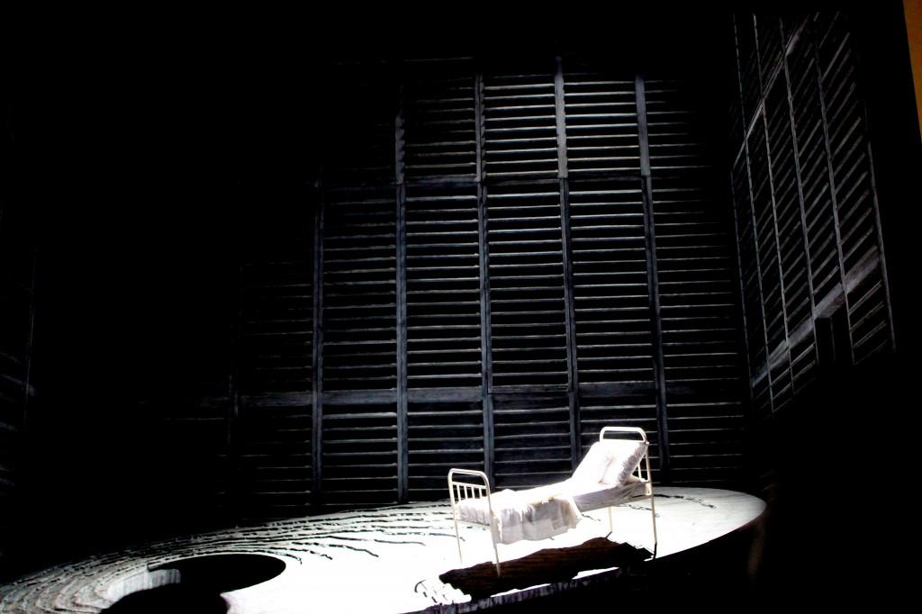 """Décor principal de la scène finale de """"Pelléas et Mélisande"""" version Opéra Comique. Photo : Josée Novicz."""