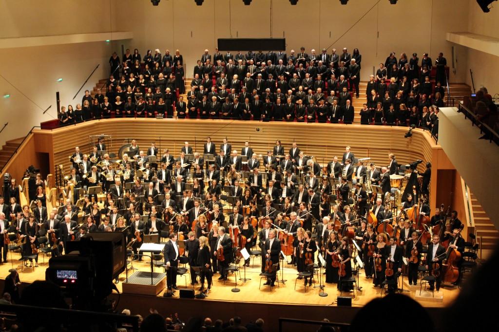 """Salle Pleyel, 14 mars 2014. L'effectif de fou exigé par les """"Gurrelieder"""" est ici photographié par Josée Novicz."""