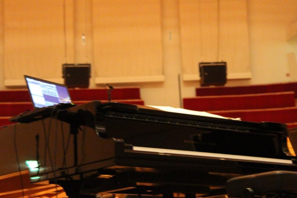 Piano et synthé avant la bataille. Photo : Josée Novicz.