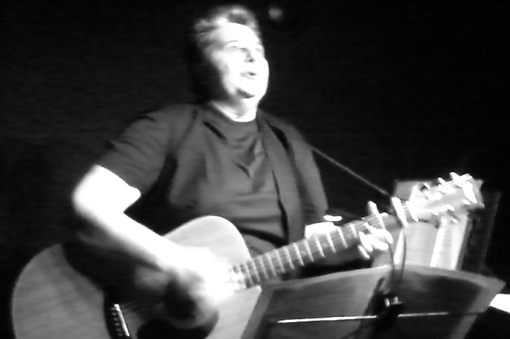 Pascale Locquin gratte sa guitare...