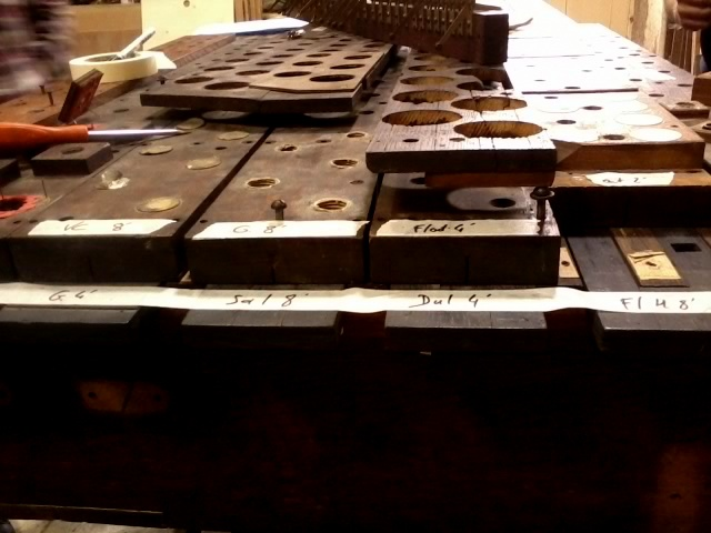 Sommiers et faux-sommier de l'orgue de Saint-André de l'Europe dans l'atelier d'Yves Fossaert à Mondreville (77).