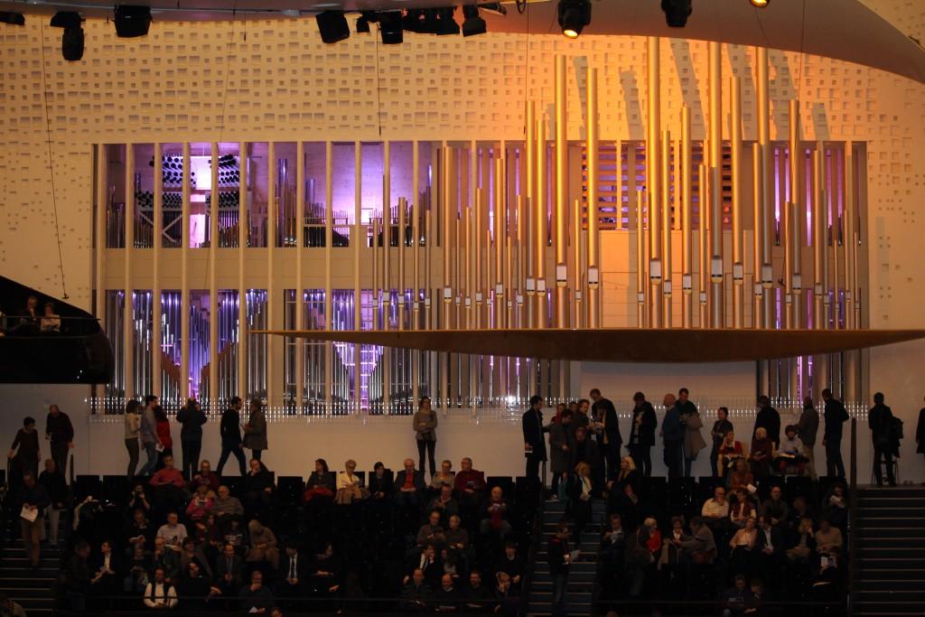 Les jalousies rétroéclairées de l'orgue de la Philharmonie, juste avant le début de l'inauguration.