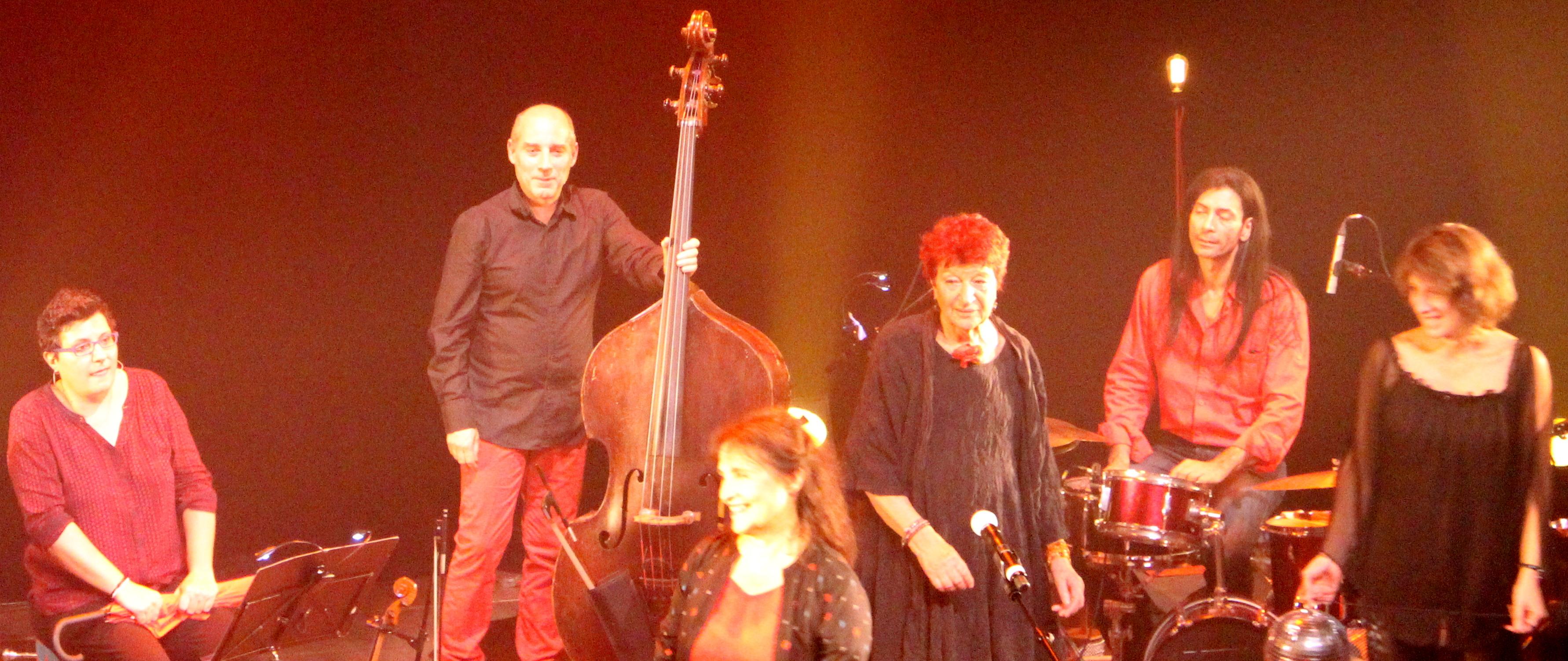 Sandrine de Rosa, Pascal Berne, Michèle Bernard, Anne Sylvestre, Pow Wow Man, Elsa Gelly avec boule à facettes (photo : Rozenn Douerin)