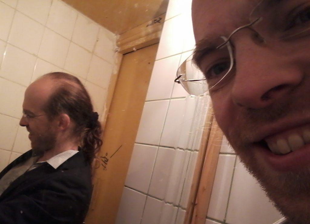 Bertrand Ferrier dans les loges - ou les chiottes, soit - de Chez Adel.